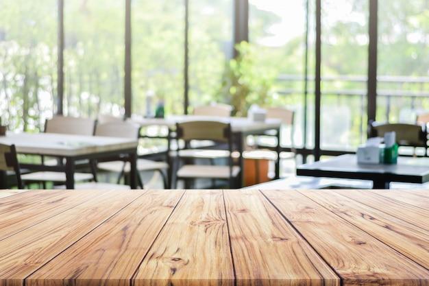 Hölzerne tischplatte auf restaurant oder kaffeecafé