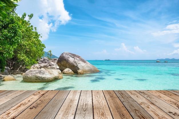 Hölzerne tischplatte auf schönem natürlichem der szene andaman kristallsee