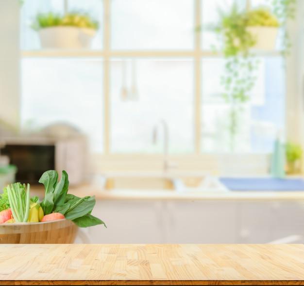 Hölzerne tischplatte auf unscharfem küchenhintergrund