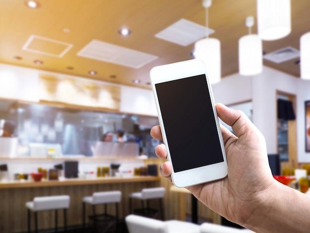 Hölzerne tischplatte über nudelrestaurant