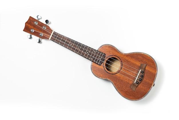 Hölzerne ukulele auf weiß