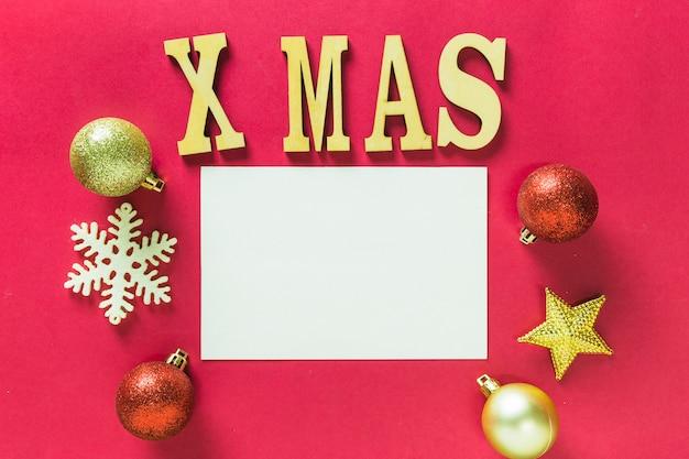 Hölzerne weihnachtsbeschriftung auf tabelle