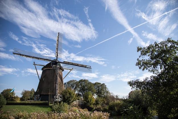 Hölzerne windmühle auf hintergrund des blauen himmels. windmühle in amsterdam