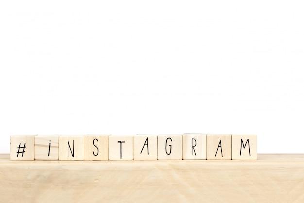 Hölzerne würfel mit einem hashtag und dem wort instagram, social media-konzept
