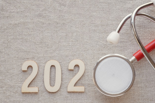 Hölzerne zahl 2020 mit rotem stethoskop