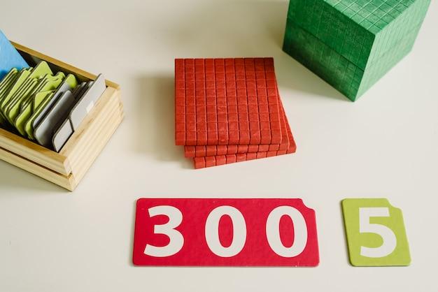Hölzerne zahlen in tabellen, um mathematik in einem montessori-klassenzimmer zu lernen