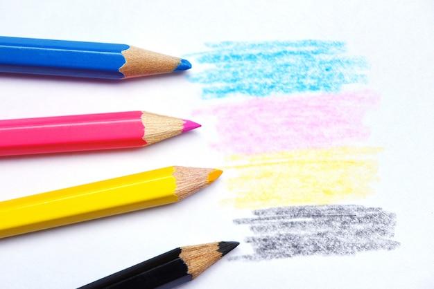 Hölzerne zeichenstiftbeschaffenheit cmyk-konzeptes mit den cyanblau-roten magentaroten gelben und schwarzen zeichnungen