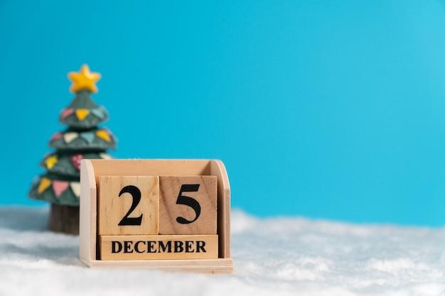 Hölzerner blockkalender der weihnachtsbaumrückseite stellte am weihnachtsdatum am 25. dezember ein