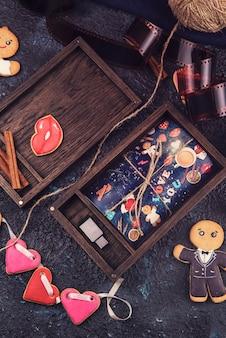 Hölzerner fotokasten mit foto für valentinstag oder hochzeitstag