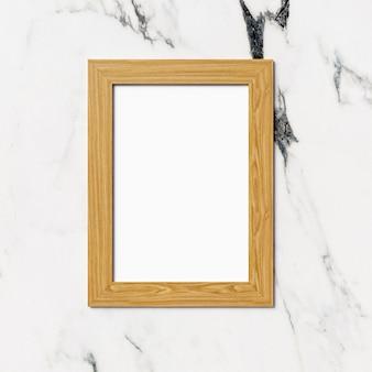 Hölzerner fotorahmen auf marmorhintergrund