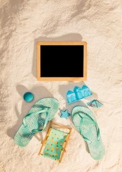 Hölzerner fotorahmen mit blauen strandattributen