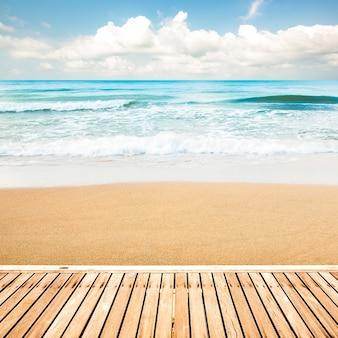 Hölzerner gehweg am strandhintergrund