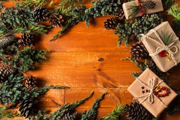 Hölzerner hintergrund der draufsicht mit weihnachtsbaum-kegelrahmen