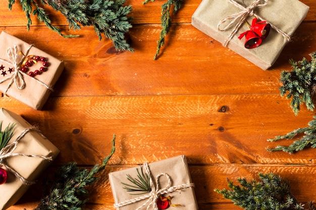 Hölzerner hintergrund der flachen lage mit eingewickelten geschenken