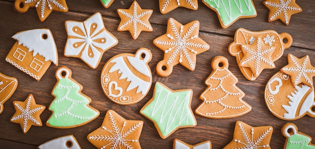 Hölzerner hintergrund des selbst gemachten lebkuchenhausplätzchens des weihnachten