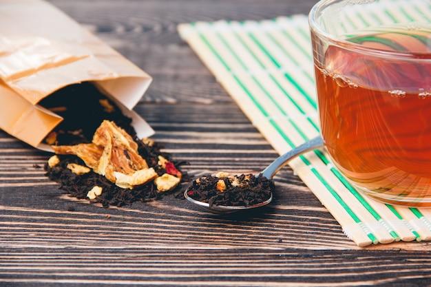 Hölzerner hintergrund des trockenen tees. gesundheitswesen-, lebensmittel- und getränkekonzept