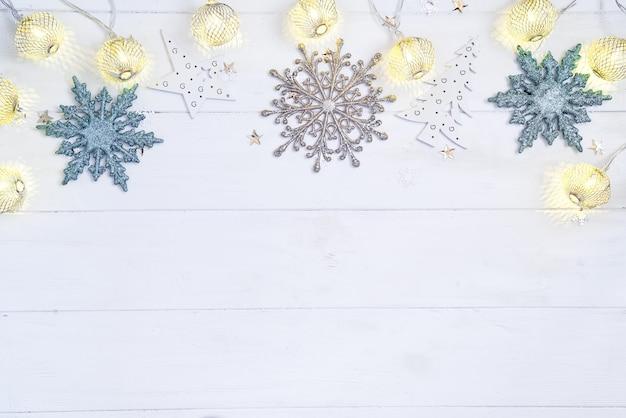 Hölzerner hintergrund des weihnachten und des neuen jahres mit heller festlicher goldener dekorationsgirlande