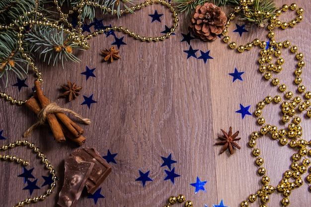 Hölzerner hintergrund mit festlichem dekor des winters