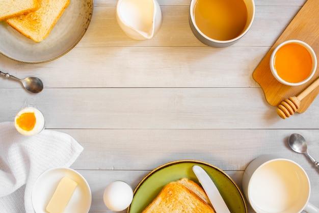 Hölzerner hintergrund mit hellem kontinentalem frühstück