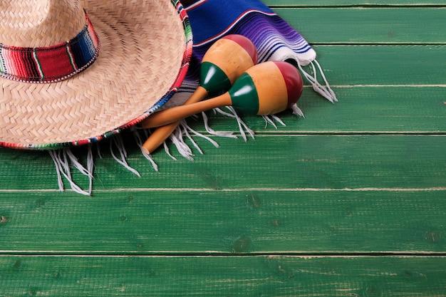 Hölzerner hintergrund sombrero serape decke mexicos cinco de mayo