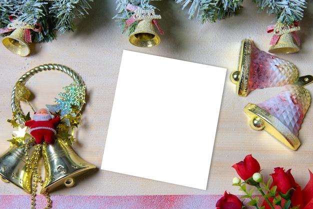 Hölzerner hintergrund und baumweihnachten / hintergrund weihnachten