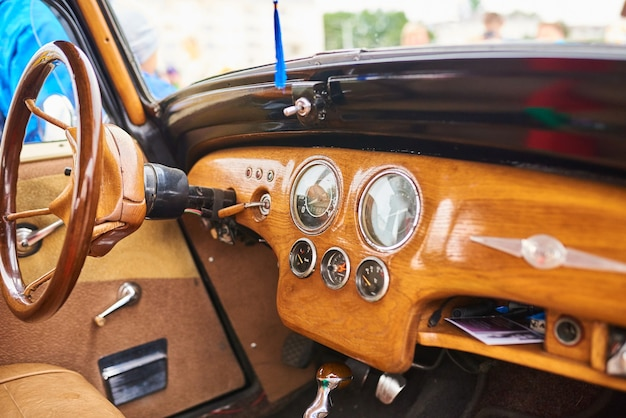 Hölzerner innenraum eines alten autos