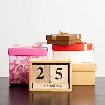 Hölzerner kalender der würfel mit dem datum vom 25. dezember