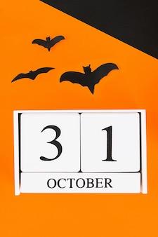 Hölzerner kalender mit dem datum vom 31. oktober.