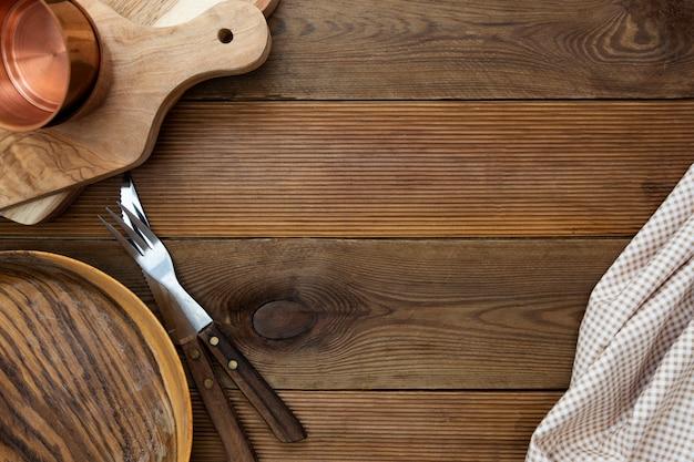 Hölzerner küchentisch verspotten. kopieren sie raum-, menü-, rezept- oder diätkonzept.