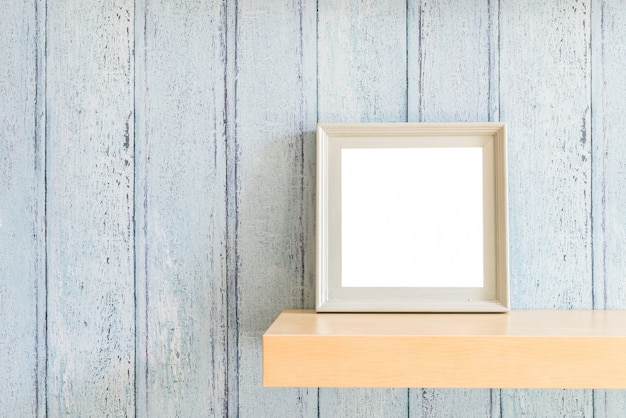 Hölzerner leerer fotorahmen der weinlese mit sommerkonzeptdesign