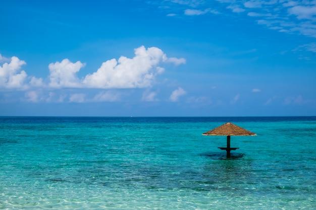 Hölzerner pavillon im schönen klaren meer und im blauen sommerhimmel in den malediven