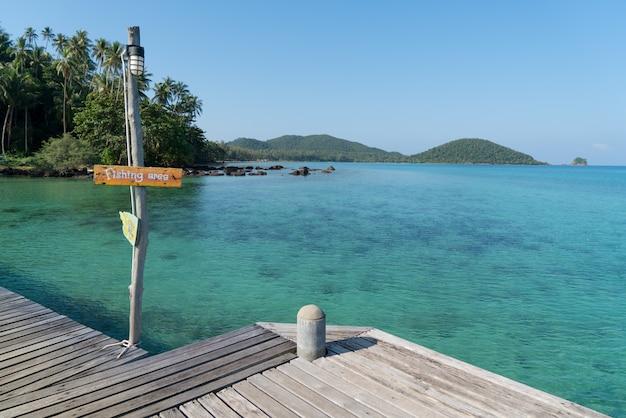 Hölzerner pier mit blauem see- und himmelhintergrund des sommers in phuket, thailand.