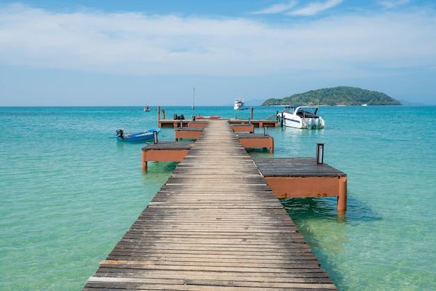 Hölzerner pier mit boot in phuket, thailand. sommer-, reise-, ferien- und feiertagskonzept.