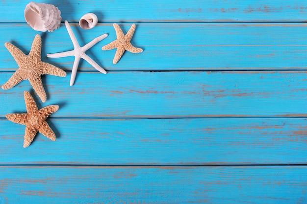 Hölzerner plattformhintergrund einiger alter verwitterter blauer strand des starfish