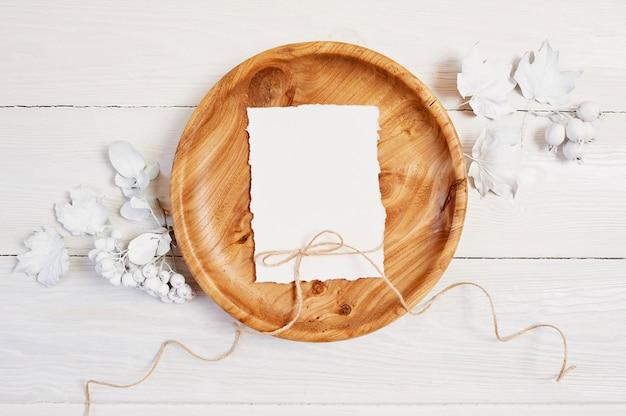Hölzerner platz mit weißem blatt papier.