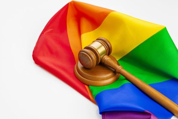 Hölzerner richterhammer und lgbt regenbogenflagge