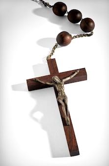 Hölzerner rosenkranz mit angebrachtem kruzifix