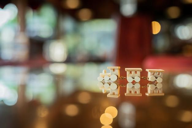 Hölzerner spielzeugzug auf glas mit reflexion