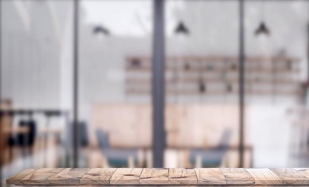 Hölzerner spitzentisch mit weiß verwischte caféinnenraum hintergrund