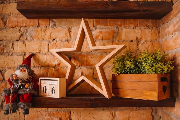 Hölzerner stern steht auf einem regal und einem spielzeug santa claus