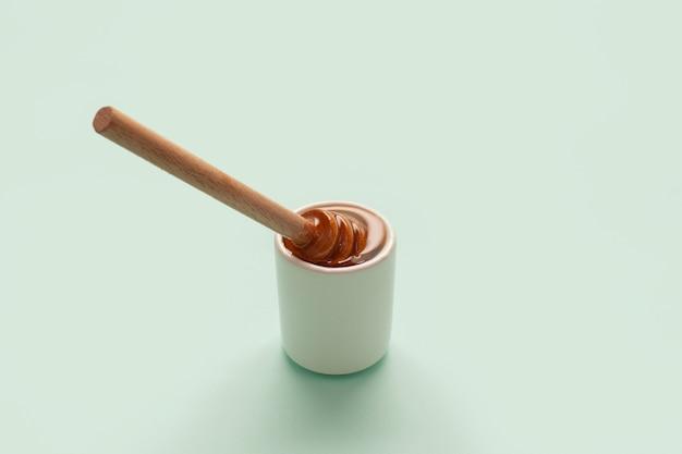 Hölzerner stock der nahaufnahme gefüllt mit honig