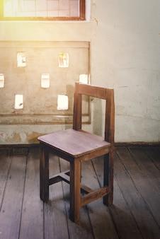 Hölzerner studentenstuhl der retro- klassenzimmerweinlese