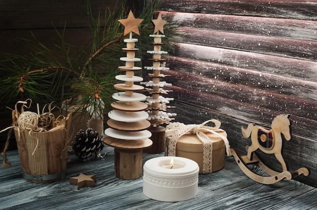 Hölzerner weihnachtsbaum im skandinavischen stil