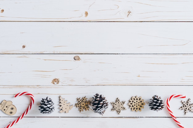 Hölzerner weiß- und weihnachtshintergrund mit schneeflocken