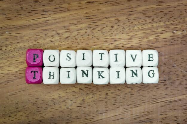 Hölzerner würfel mit wort-positivem denkendem motivslogan