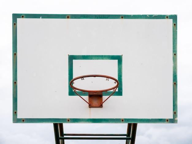 Hölzernes basketballrückenbrett mit grünem rahmen des bandes