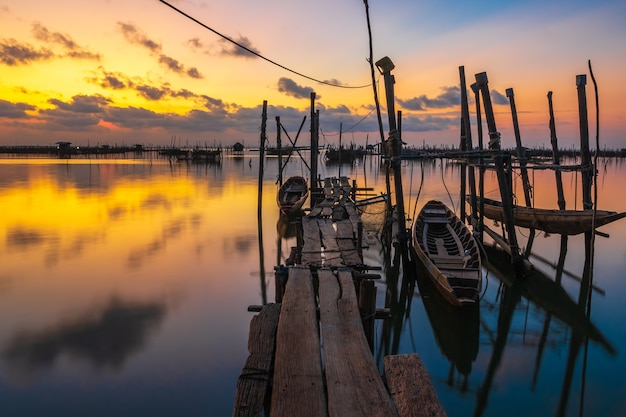Hölzernes boot am pier in thailand, es wurde über wasser angehoben.