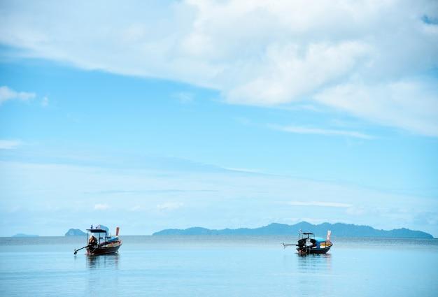 Hölzernes boot auf meer schön im feiertag in andamanensee thailand