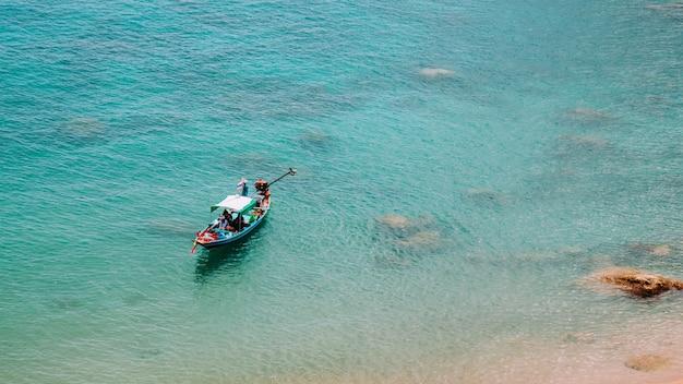Hölzernes boot im meer, koh tao, thailand