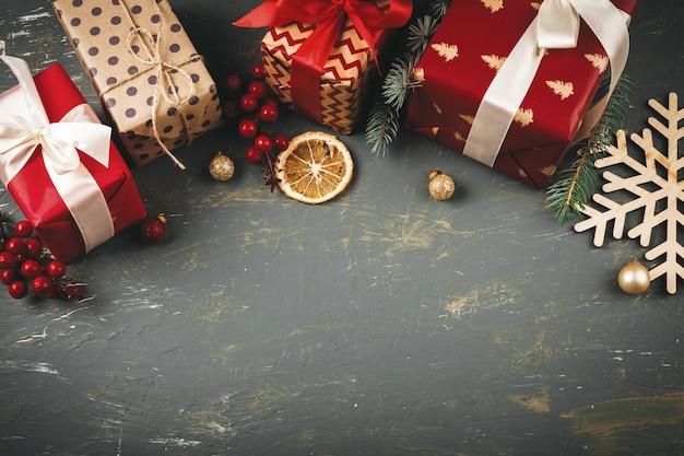Hölzernes copyspace mit weihnachtsgeschenken und dekorationen für ihr design